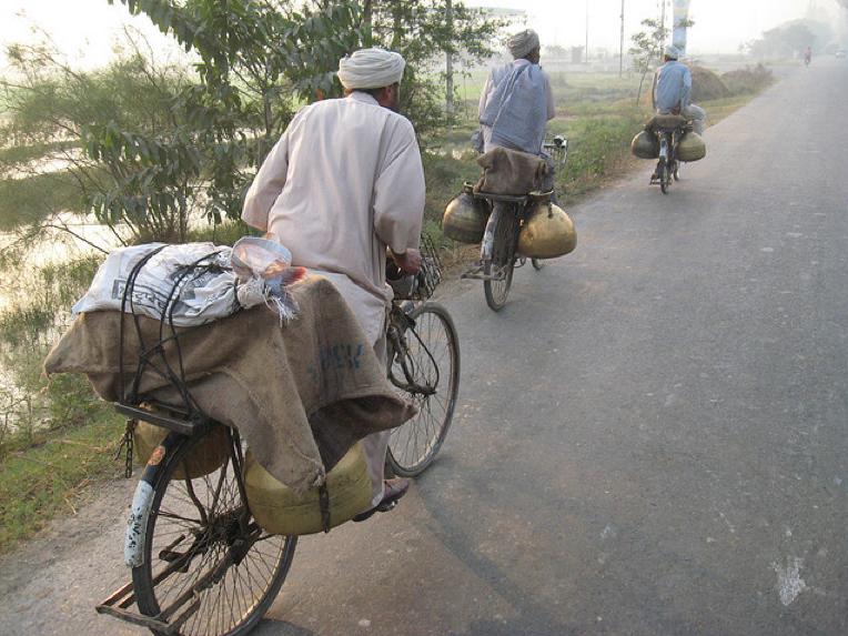 India: angajatorii oferă biciclete și telefoane mobile