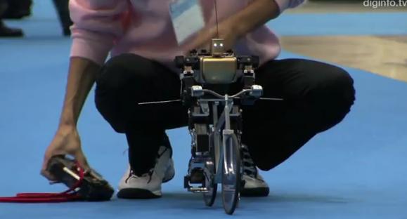 VIDEO Senzațional! Uite cum merge robotul singur pe bicicletă :-)