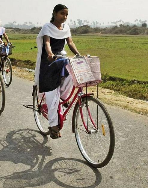 India: Bicicletele le țin în școală pe fete